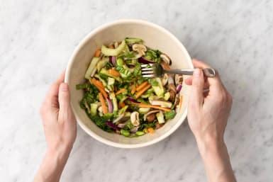 Voeg de groenten toe aan het eimengsel.