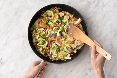 Giet het ei-groenten mengsel in de pan.