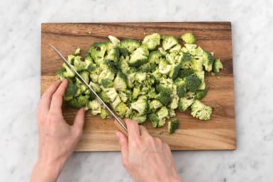 Snijd de broccoli in roosjes.