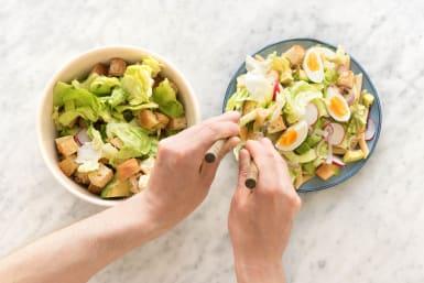 Verdeel de salade over de borden, eet smakelijk!