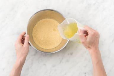 Voeg bouillon toe en laat de couscous wellen.