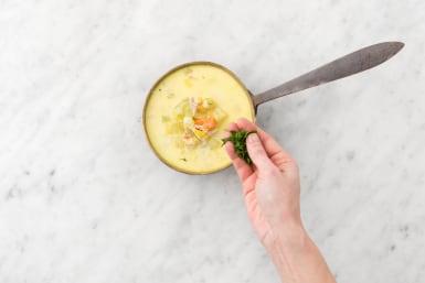 Servir le plat sur des assiettes creuses et disposer les cuisses de poulet par-dessus. Garnir avec le persil.