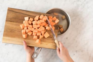 Süßkartoffelstücke darin kochen