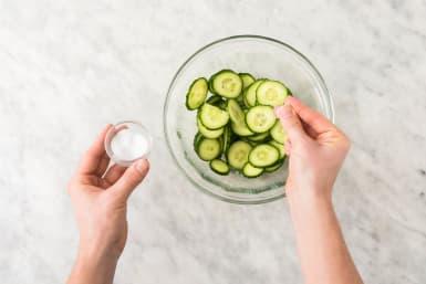 Gurkensalat zubereiten