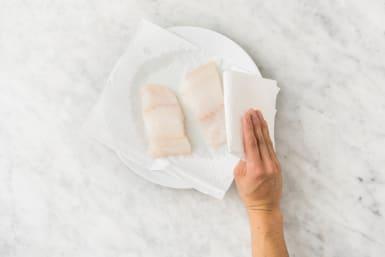 Couper et éponger le poisson