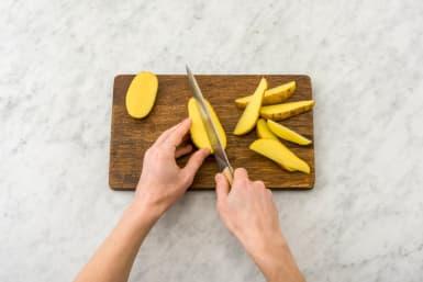 Kartoffelwedges schneiden