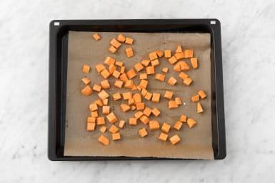 Süßkartoffelwürfel backen