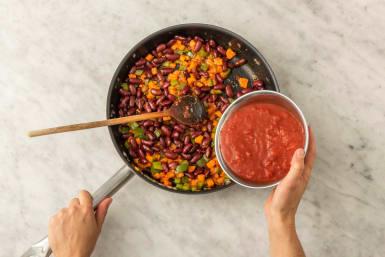 Tillsätt krossade tomater