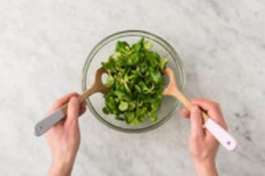 Mélanger les pâtes et la salade