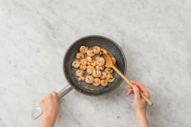 Cuire les crevettes dans la sauce