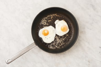 Fry the sesame eggs