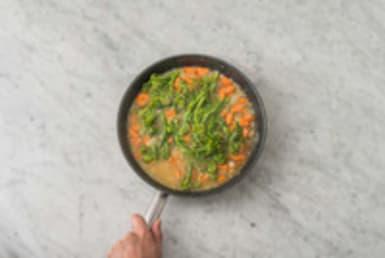 Cuire le riz et les broccolini