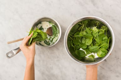 Spinat zur Soße geben