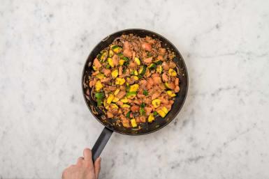 Restliches Gemüse hinzugeben