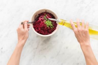 Olivenöl in den Salat geben