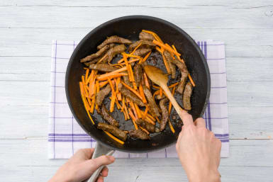 Return all of the beef and the carrot to the pan
