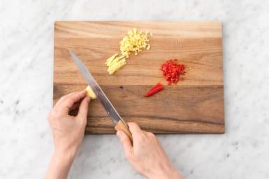 Snijd de gember en peper fijn