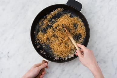 Bak de rijst al roerende