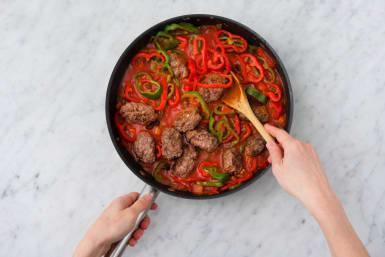 Leg de köfte terug in de pan en laat zachtjes koken
