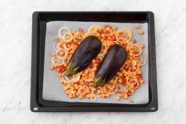Leg de gesneden groente op een bakplaat