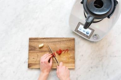 Chili in Ringe schneiden