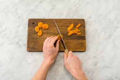 Aprikosen in kleine Stücke schneiden