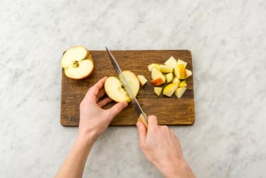 Apfel vierteln, Kerngehäuse entfernen