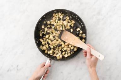 Voeg de aubergine, tijm, olijven en 2 el water per persoon toe en bak afgedekt, 10 - 12 minuten op middellaag vuur