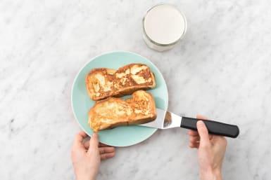 Leg op elk bord een wentelteefje en serveer met de bananensmoothie