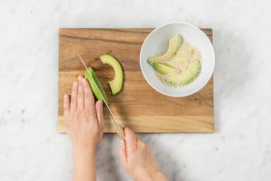 Avocado durch den Sesam wenden