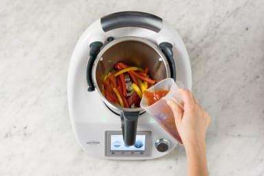 Stückige Tomaten dazugeben