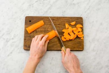 Snijd de peen in halve plakken.