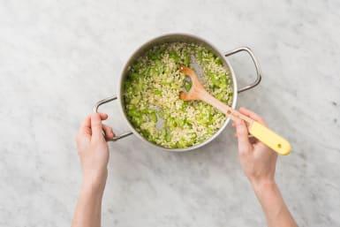 Groenten en rijst bakken