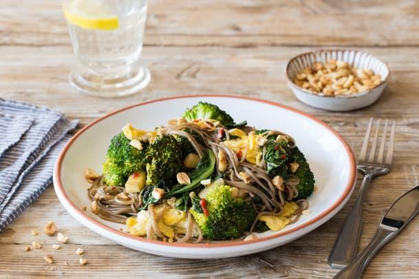 Pad thai met choisam, broccoli, ei en pinda's