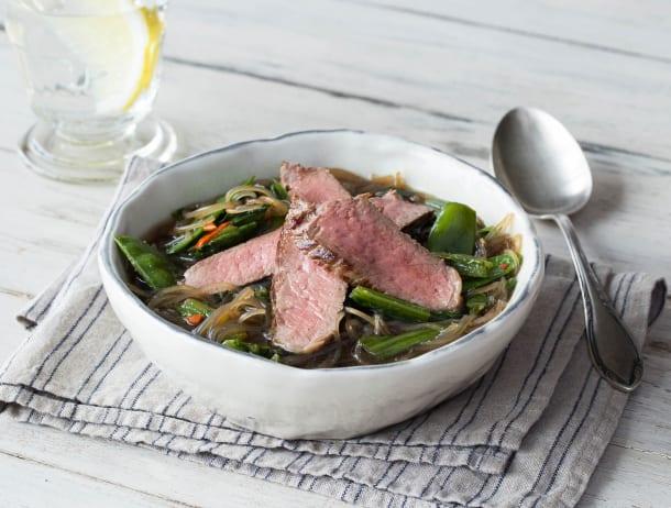 Oosterse soep met biefstuk, sugarsnaps en choisam