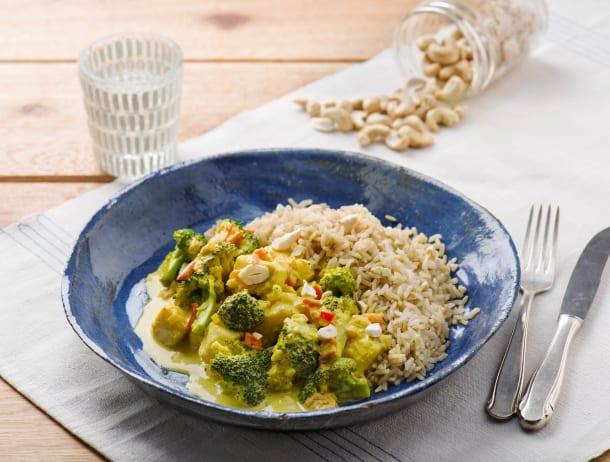 Oosterse visstoof met tomaat, broccoli en rijst