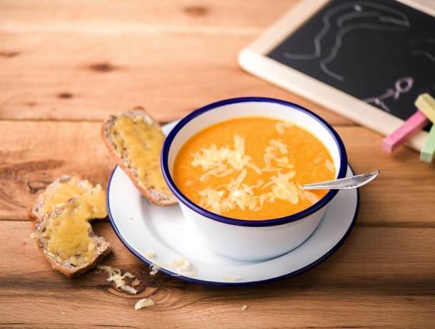 Oranje soep met spinazie-kaasbroodje