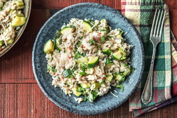 Romige risotto met courgette, bleekselderij, mozzarella en verse basilicum