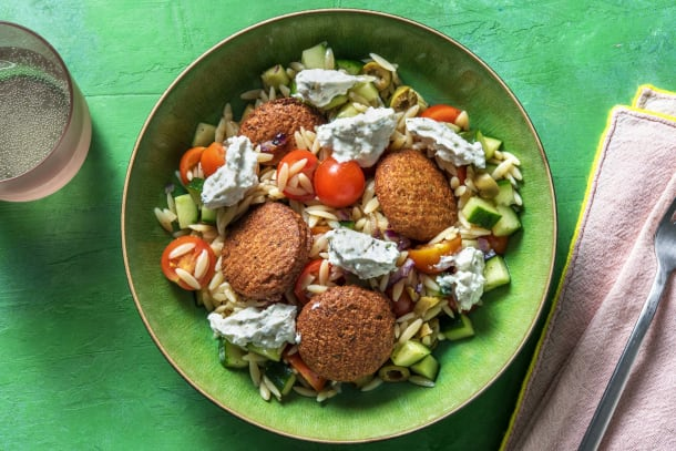 Orzosalade met falafel en feta-yoghurtsaus