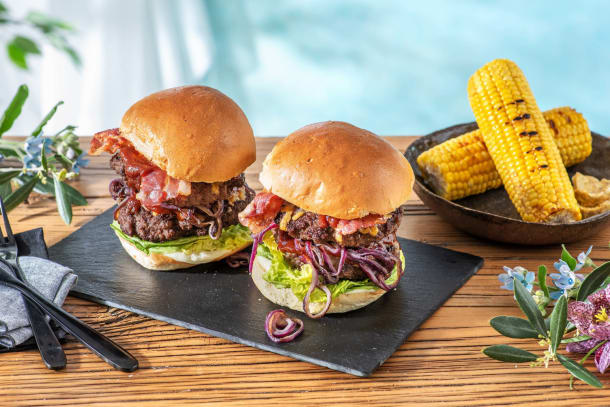 Double Bacon-Cheese-Burger mit Maiskolben