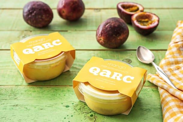 Boeren-mangokwark met koekjesbodem en passievrucht