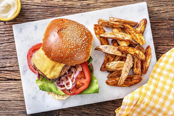 Cheeseburger met tomaat en oude kaas