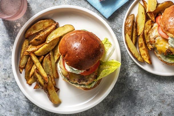 Cheeseburger mit Kartoffelspalten