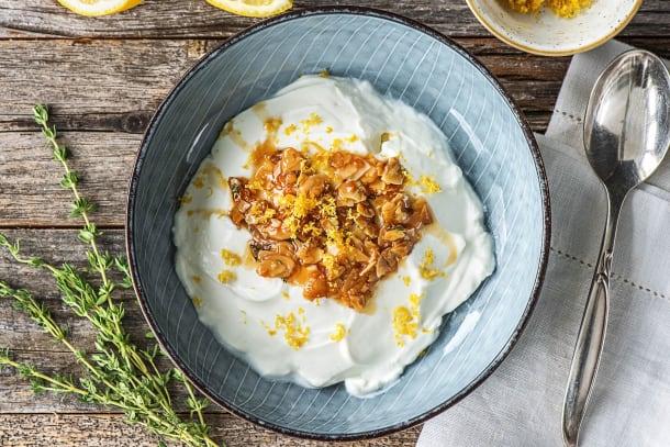 Griekse yoghurt met honing (met citroen, amandelen en verse tijm)