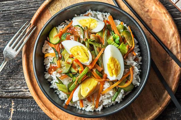 Indonesische gado gado met ei, knapperige groenten en pindasaus