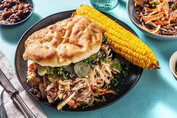 Effiloché de poulet avec coleslaw, épi de maïs et cornichons